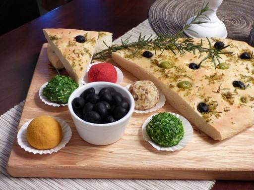 Fűszeres sajtgolyók deszkán, Kép: Kovács Borház