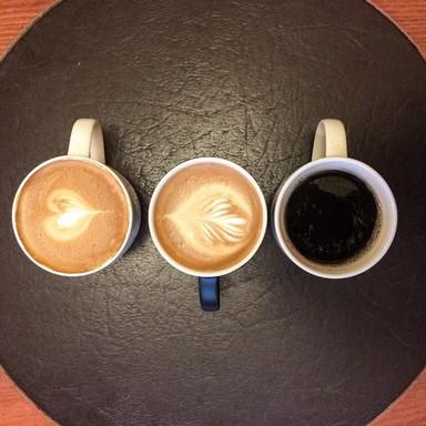 Három csésze kávé felülről, kettő tetjén szivecske a tejhabban, Kép: Starbucks
