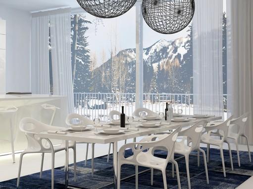 Hófehér étkező, háttérben, a hatalmas teraszajtó mögött havas hegycsúcsok, Kép: sajtóanyag