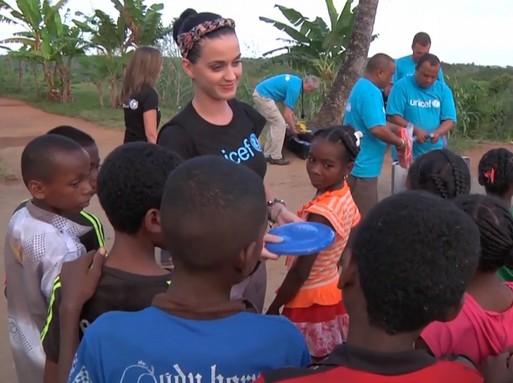 Katy Perry, a UNICEF követe a gyerekekkel, Kép: Nickelodeon