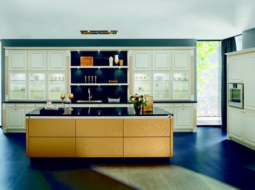 Sötétkék padlón barna konyhapult, mögötte ablakok, Kép: sajtóanyag