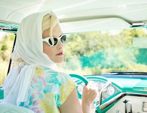 Nő a volánnál az ötvenes években: Kép pixabay