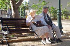 biztosító, dolgozó nő, gondoskodás, kutatás, nyugdíj, részfoglalkoztatás, takarékosság