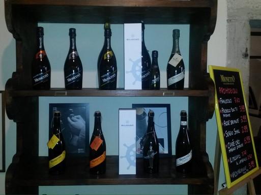 Új borok, gyöngyöző borok a polcokon, Kép: Bujdosó Pincészet