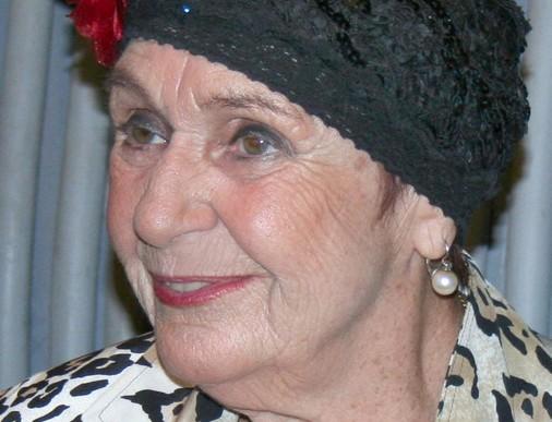 Psota Irén mosolyog, fején az elmaradhatatlan kalap, Kép: Wikimedia