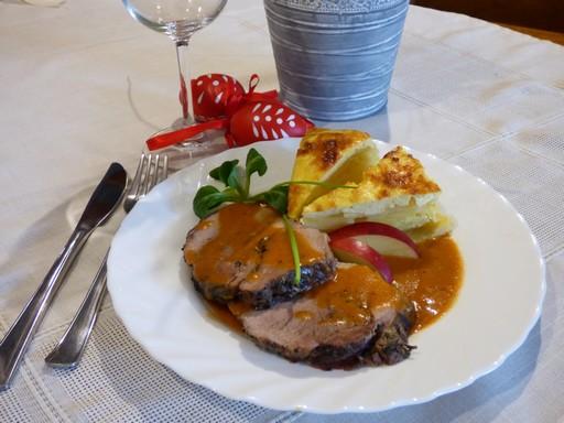 Rozmaringos báránysült asztali tojásdíszítéssel, Kép: Kovács Borház