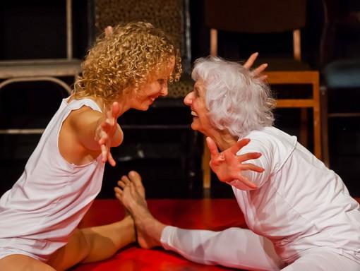 Sóvirág kettős: a két táncos nő egymással szemben ül a földön, kezüket, lábukat kitárják egymásnak, Kép: sajtóanyag