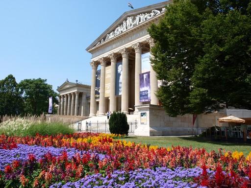Szépművészeti Múzeum külső, előtte virágágyás, Kép: wikimedia
