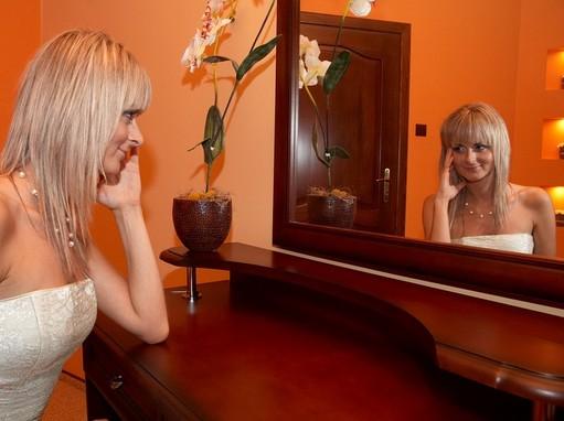 Tükörbe néző fiatal nő, Kép: pixabay