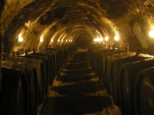 Tokaji pince belső szépen megvilágítva, Kép: wikimedia