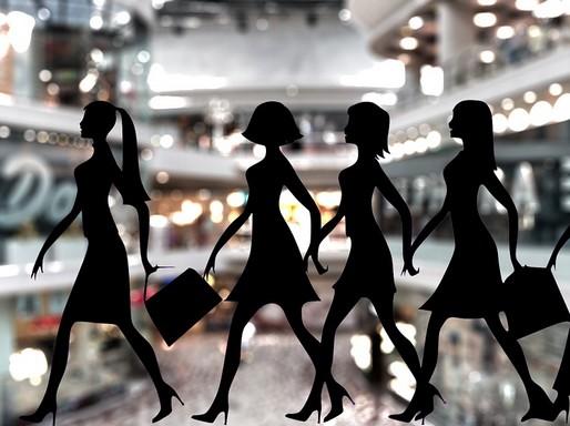 Háttérben gy pláza elmosódott képe, előtérben vásárló nők fekete sziluettjei Kép: pixabay