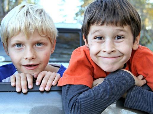 Két mosolygós, vásott kölyök, Kép: pixabay