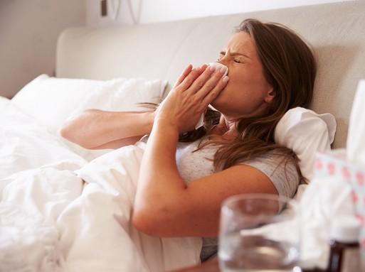 Influenzás lány tüsszög az ágyban, Kép: sajtóanyag