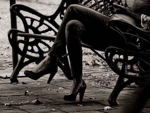 Parki padon ülő nő keresztbe tett lábbal, Kép: google