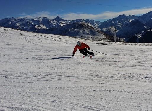 Síző ember, mögötte havas hegyek, Kép: pixabay