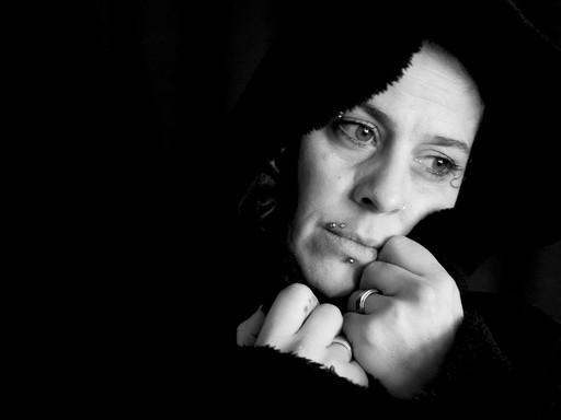 Szomorú nő kendőben, Kép: pixabay