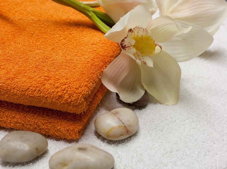 Két barna törölköző, virág, kavicsok, wellness, Kép: pixabay