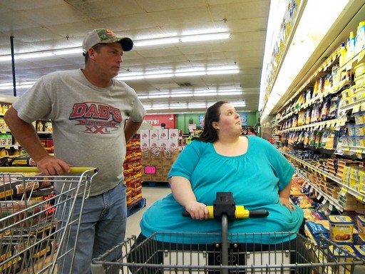 Elhízott nő motoros kocsiról vásárol egy közértben, Kép: TLC