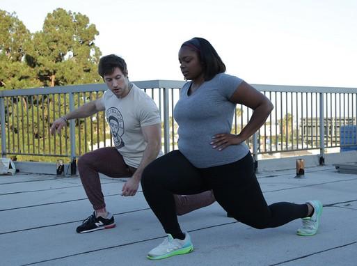 Edzővel tornázik egy túlsúlyos nő, Kép: TLC