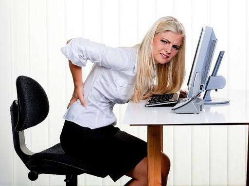 Irodai munkát végző nőnek fáj a dereka, Kép: sajtóanyag