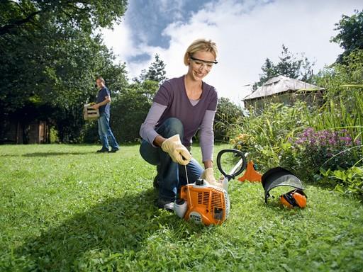 Előtérben egy hölgy, a háttérben egy férfi kertészkedik, Kép: sajtóanyag