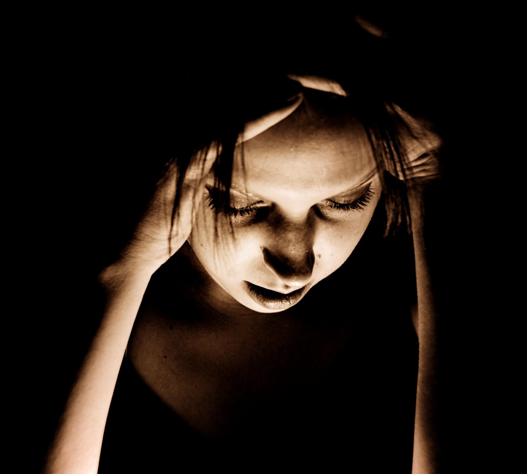 Egy nő két kezét kétoldalt halántékára feszíti, Kép: wikimedia