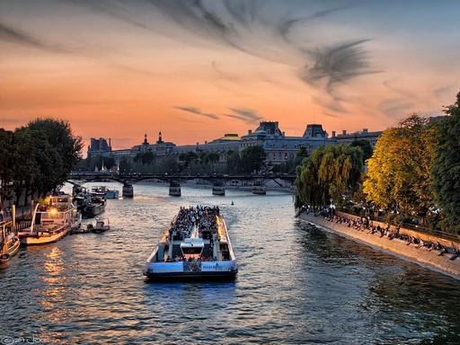 Szajna naplementében, turistákkal, Kép: pixabay