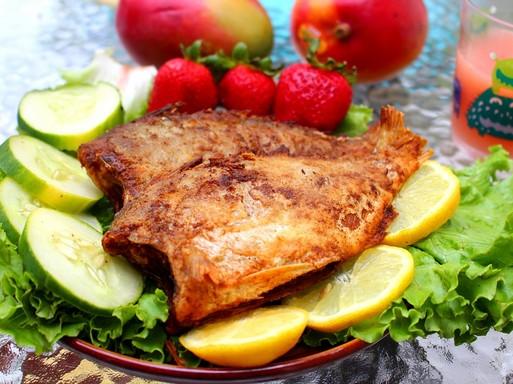 Grillezett hal tányéron, körülötte fejes saláta és citromkarika díszítés, Kép: pixabay