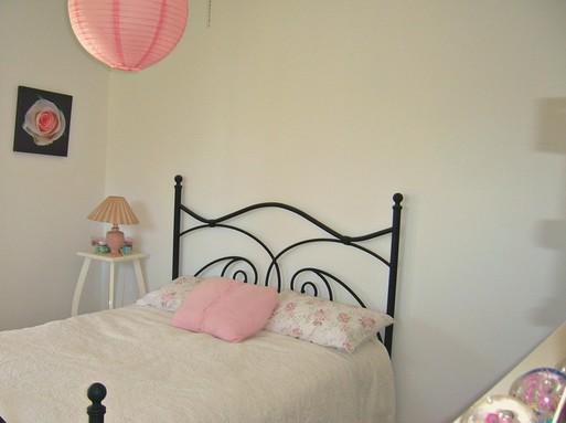 Kovácsoltvas ágy rózsaszín kiegészítőkkel, Kép: pixabay
