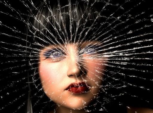 Depresszió női festett arc törött üveg mögött, Kép: pixabay