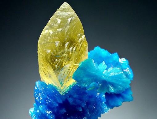 Csillogó kék-sárga ásvány, Kép: sajtóanyag