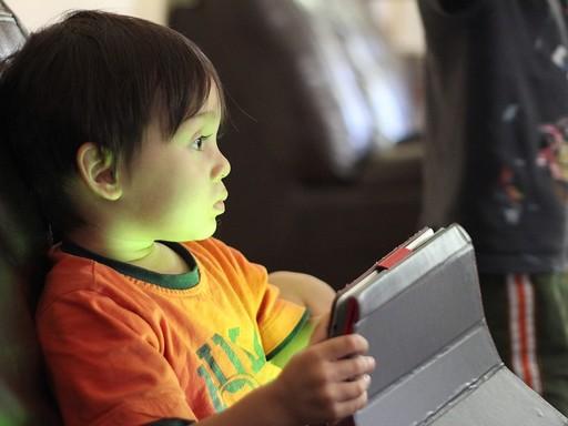 Számítógépen játszó gyerek, Kép: pixabay