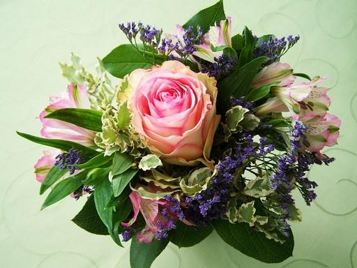 Virágcsokor középen rózsaszín rózsával, Kép: pixabay