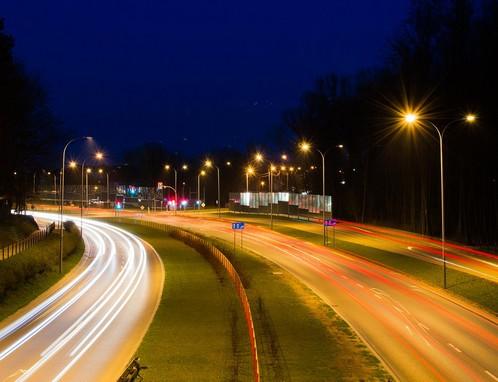 Éjszakai országút kihalt városban, Kép: pixabay