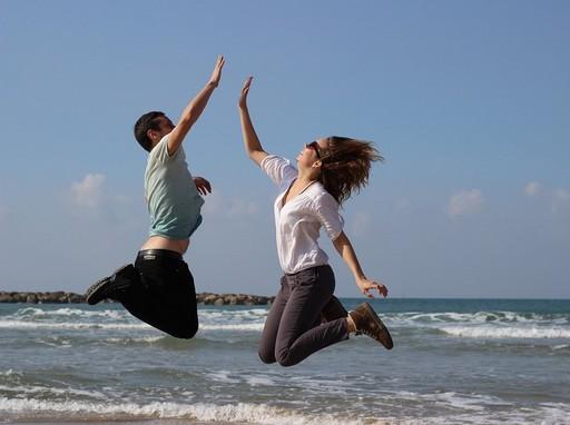 Fiatalok felugranak a tengerparton, Kép: pixabay