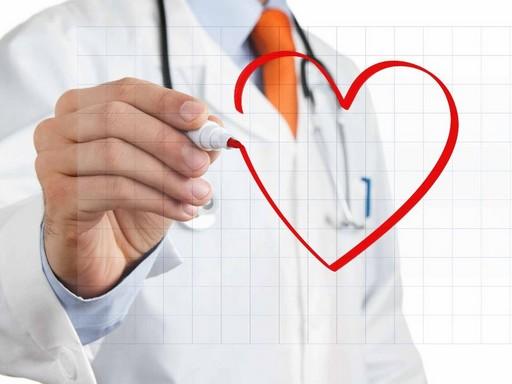Orvos üvegre szívet rajzol, Kép: Te vagy a hős