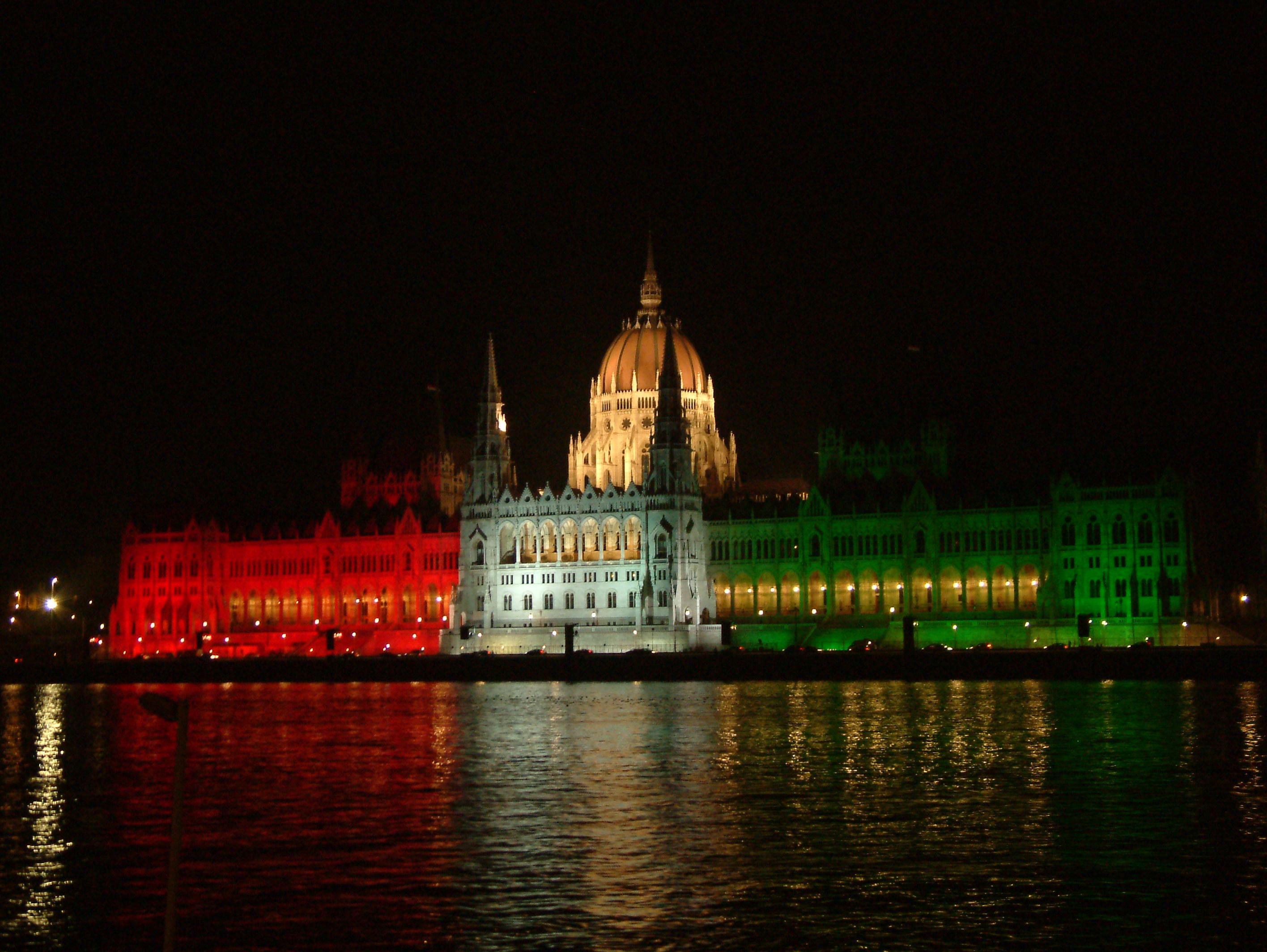 Parlament piros-fehér-zöld megvilágításban, Kép: wikimedia