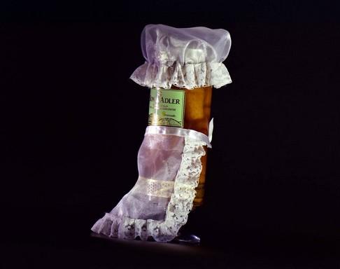 Sonja Adler üveg népviseletben, Kép: sajtóanyag