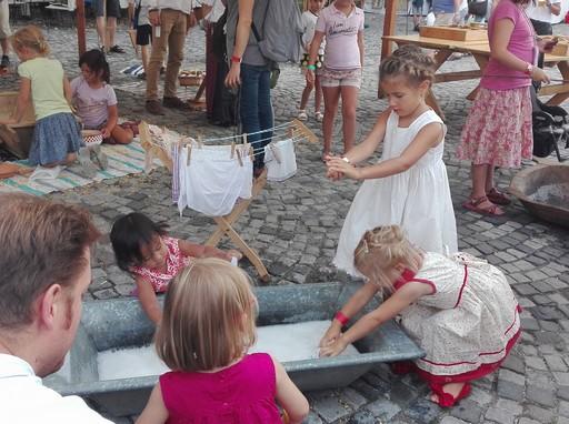 Teknőben mosnak a kislányok a Mesterségek Ünnepén, Kép: Németh Andrea