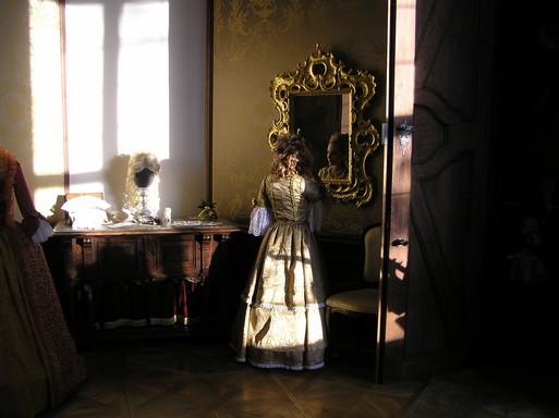 Barokk bárónő parókát igazít, Kép: László Márta