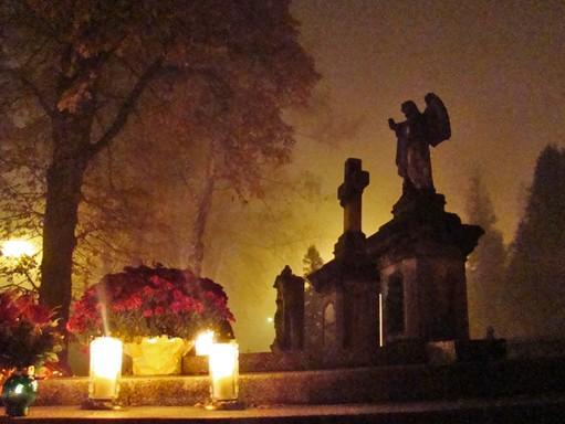 Mindenszentek estéje a temetőben, Kép: wikimedia
