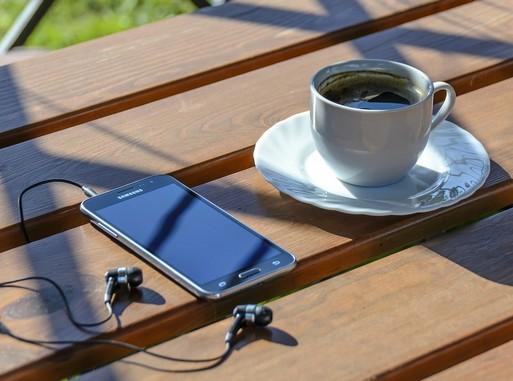Okostelefon és egy csésze kávé, Kép: pixabay