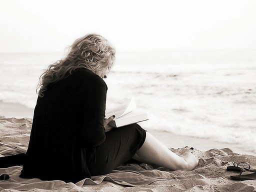 Olvasás a tengerparton, Kép: pixabay