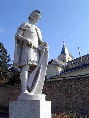 Köpenyét egy szegénnyel megosztó Szent Márton szobra Pannonhalmán, Kép: wikimedia