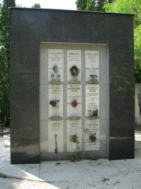 Urnafal a Farkasréti temetőben, Kép: wikimedia