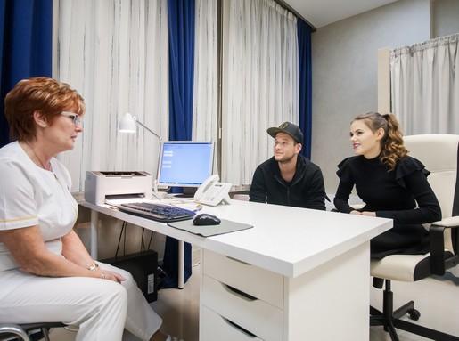 Csobot Adél és párja az orvosi konzultáción, Kép: sajtóanyag