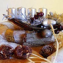 aszalt gyümölcs, csokoládé, dió, keksz, szalámi
