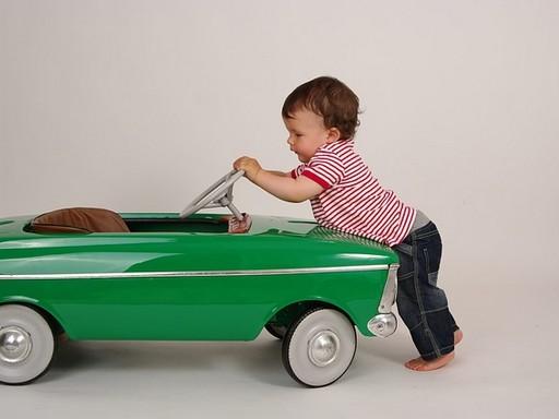 Gyerek autóval, Kép: pixabay