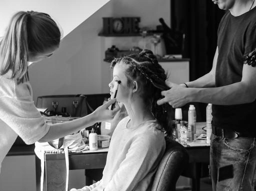 Készül az alkalmi smink, frizura, Kép: sajtóanyag