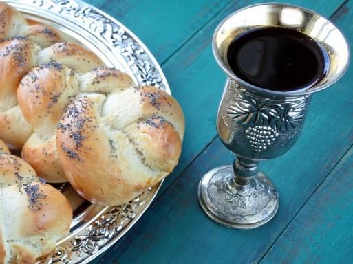 Kalács és bor az ünnepi asztalon, Kép: laboratorium.hu